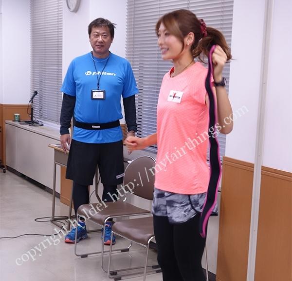 スポーツベルトを手にする西谷綾子さん