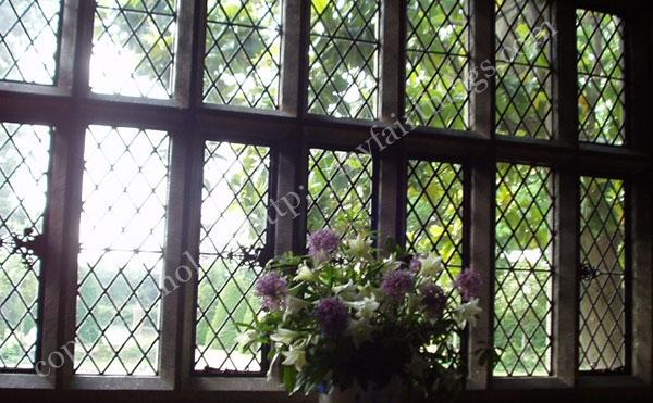 古い時代の鉛の窓枠