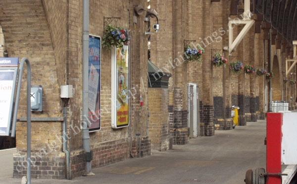 キングスクロス駅のレンガのプラットフォーム4番と5番の間