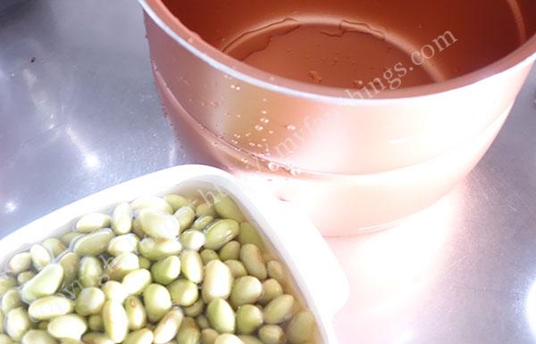 豆を一晩水に漬ける