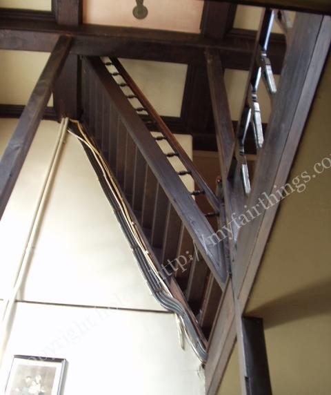 屋根裏へ続く階段