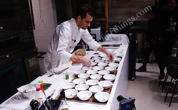 chefムール貝盛り付け中