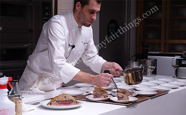 chefliveがお皿にソースをかけて仕上げ中